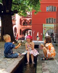 Kinder im Bächle in Freiburg
